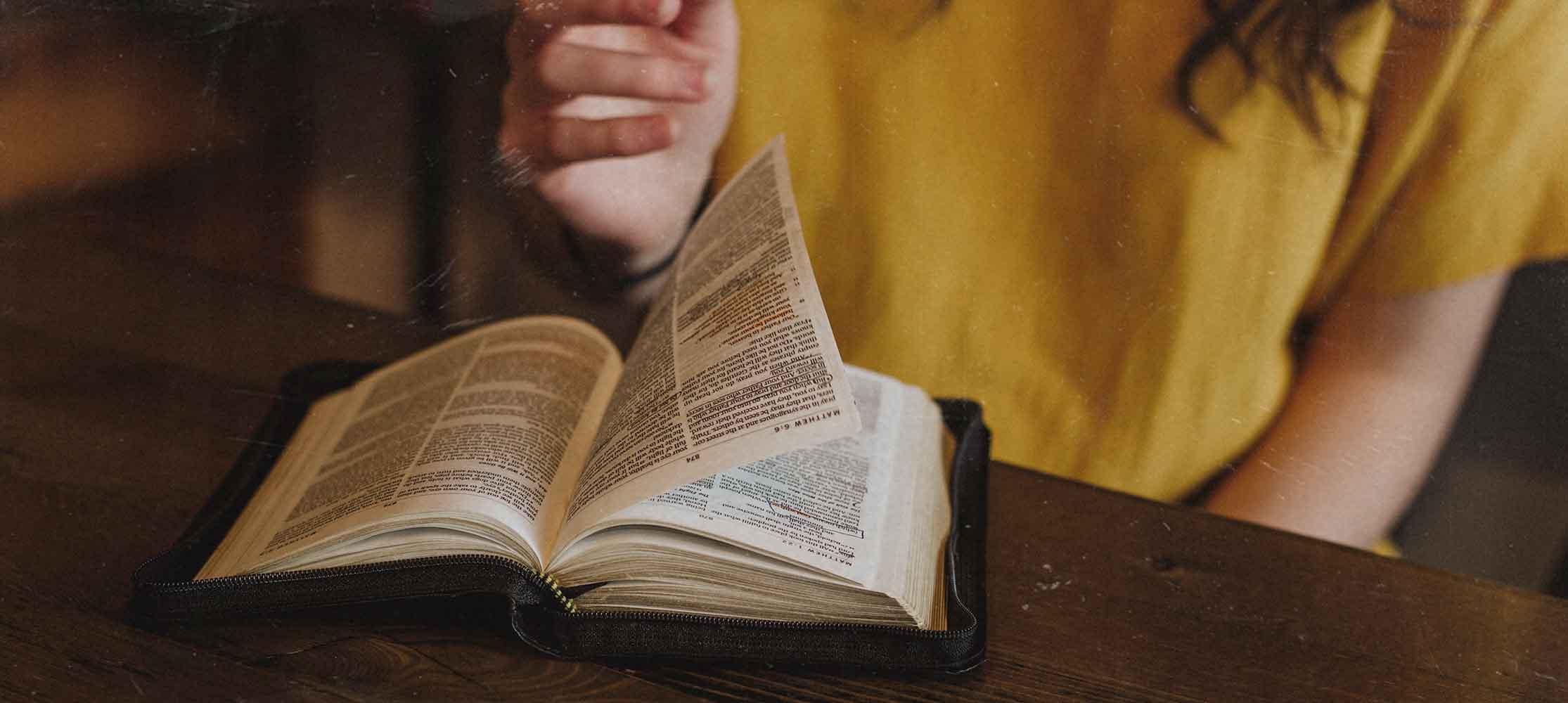 Buch auf Tisch Bibellesegruppe
