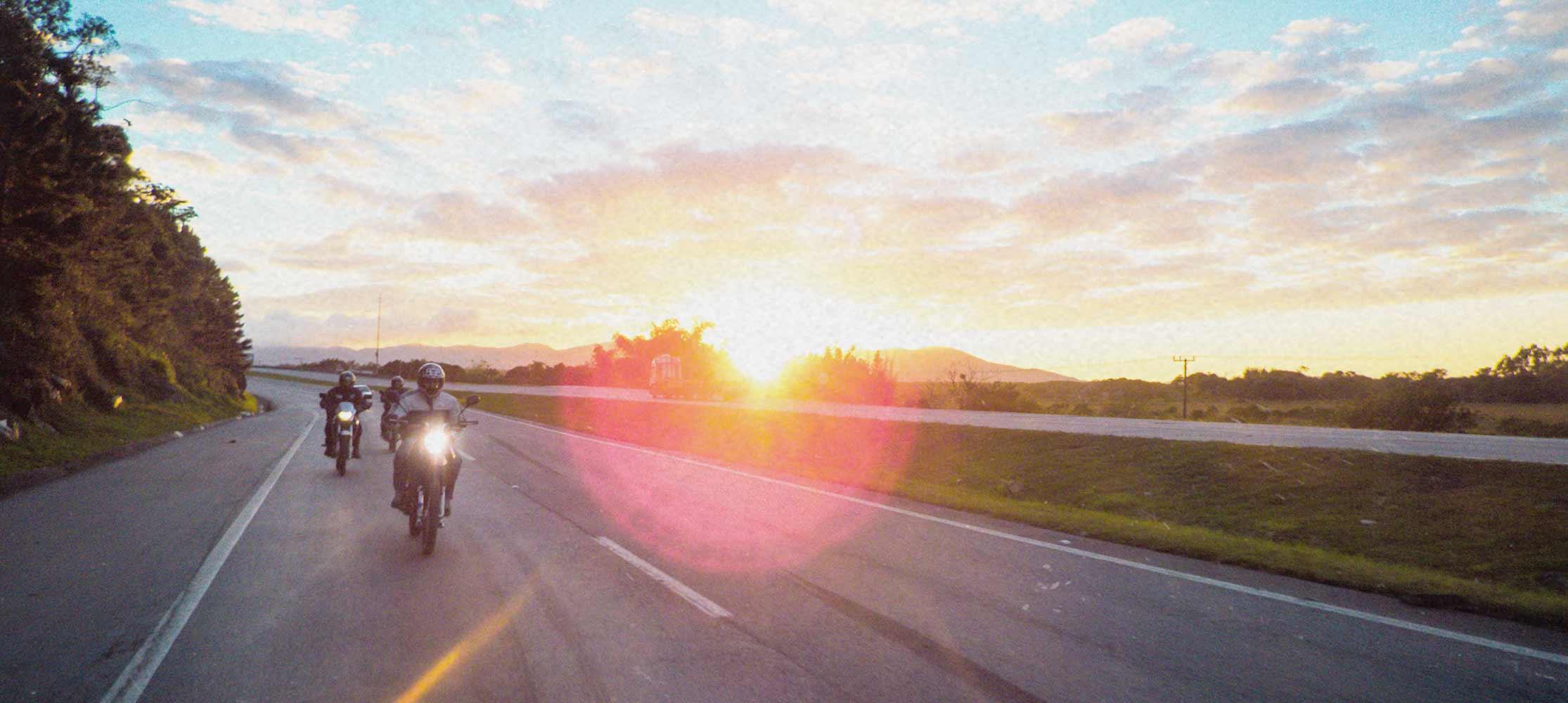 Mötorräder auf Straße im Sonnenuntergang Biker-Gruppe