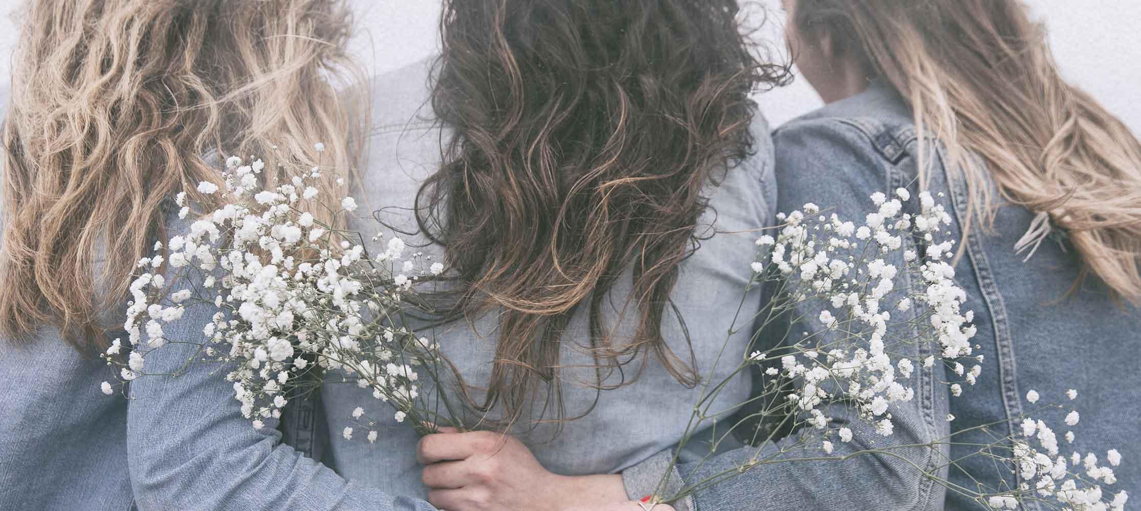 Freundinnen umarmen sich Ladies-Lounge