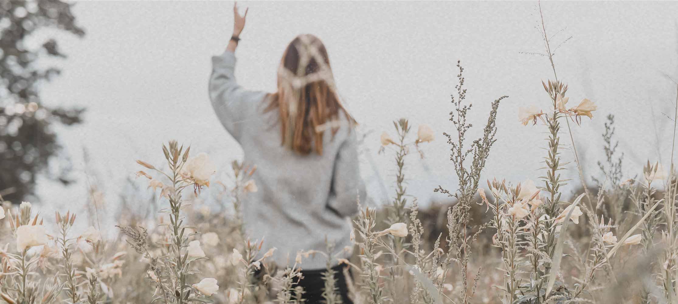 Frau steht im Feld 7-Tage-Gebet