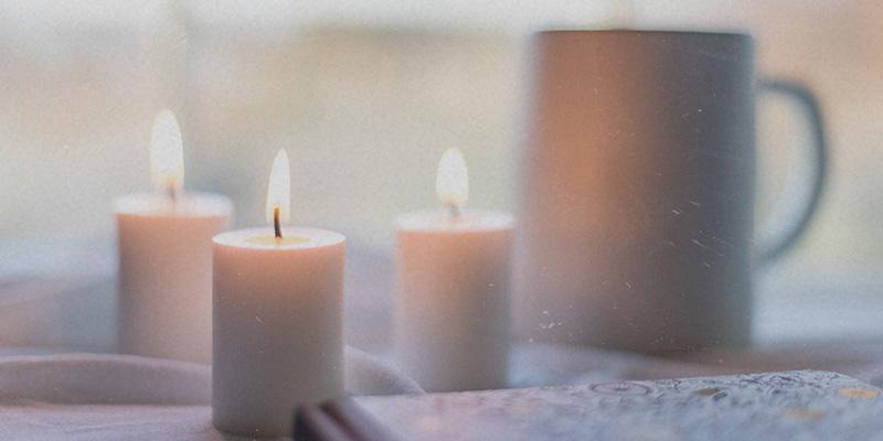 Kerzen stehen auf Tisch Friedenstiften