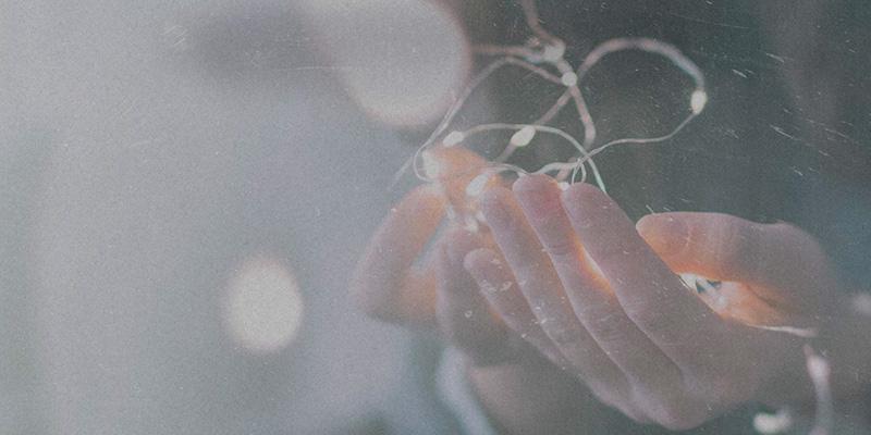 Hände halten Lichterkette Segnungsdienst