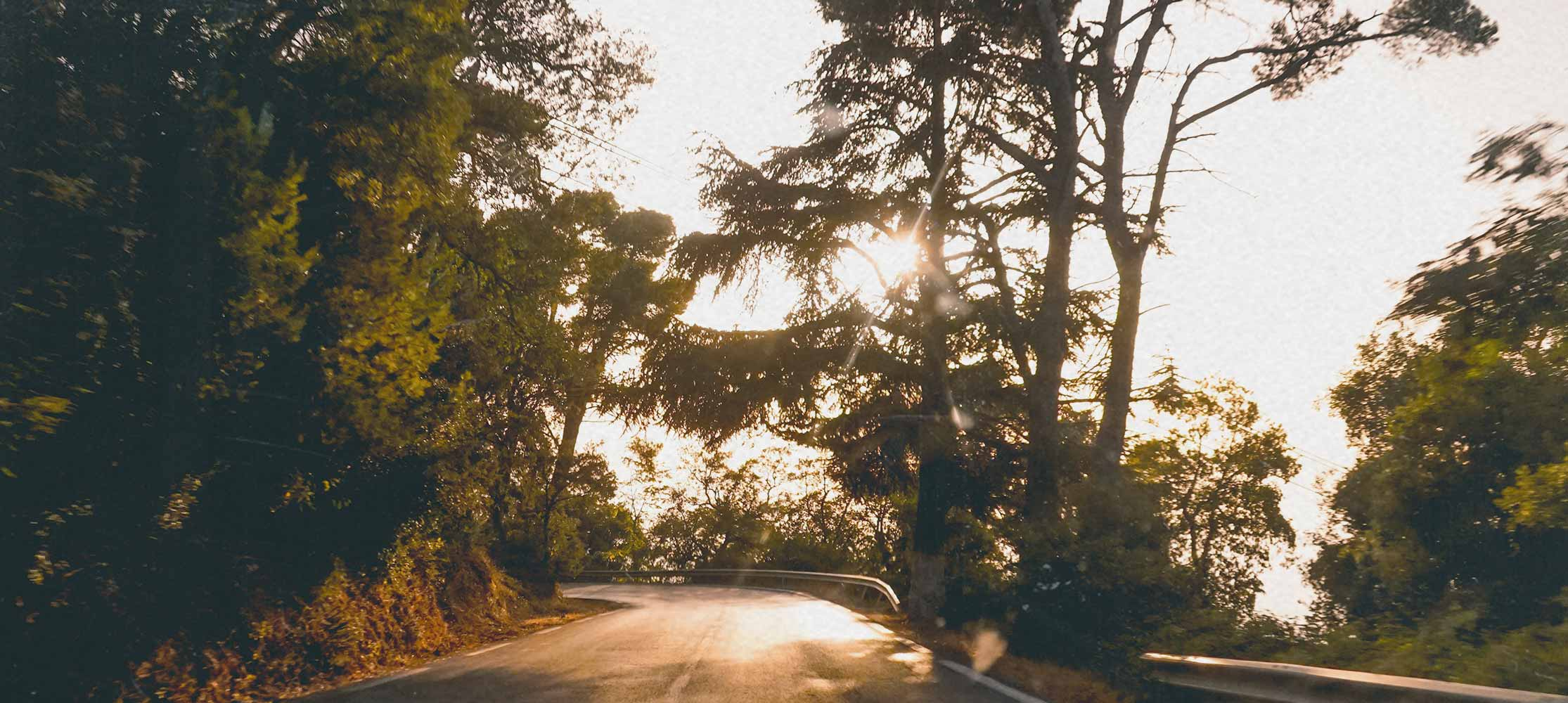 Straße im Sonnenuntergang Spurwechsel