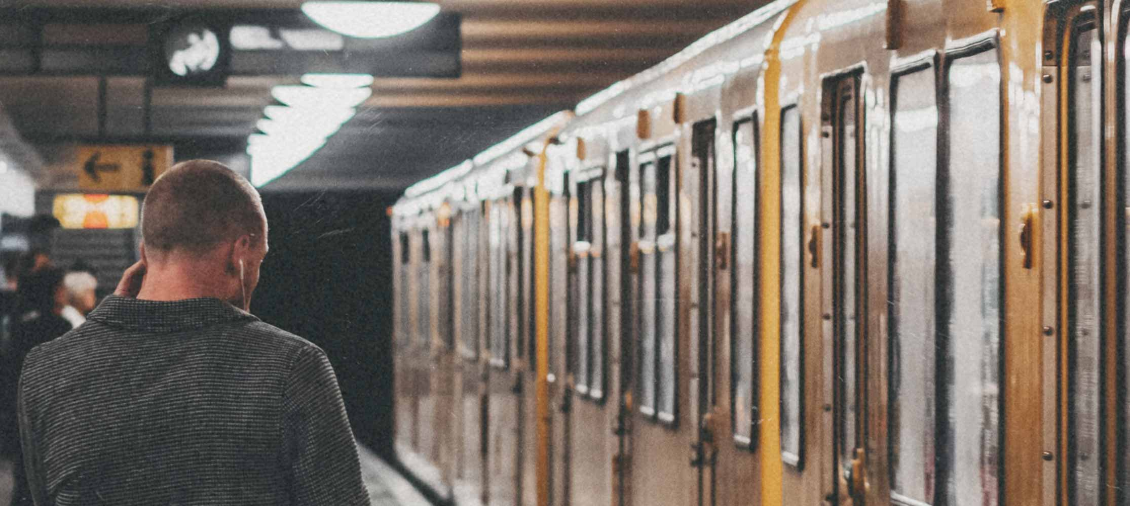 U Bahn Mann Kopfhörer Predigten