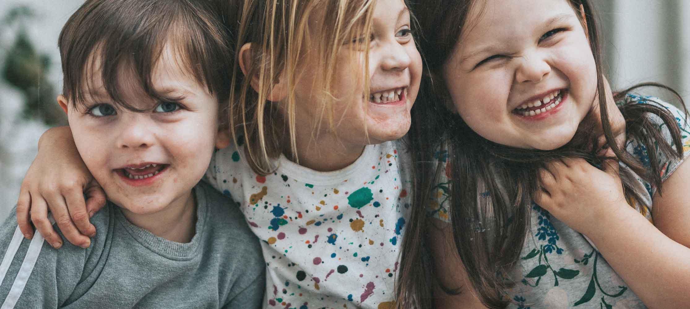 Kinder stehen zusammen Abenteuerland