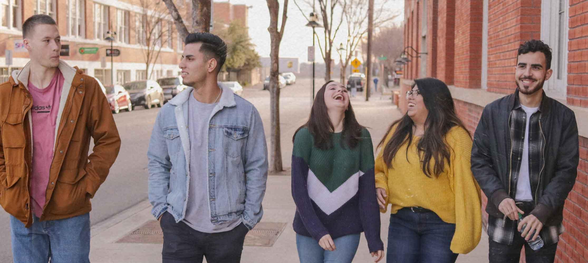 Jugendliche gehen durch Stadt