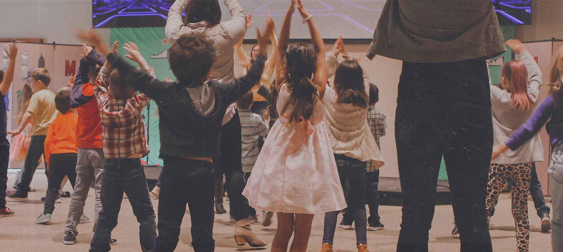 Kinder feiern zusammen Powerbox