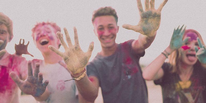 Farbe an Händen von Teens