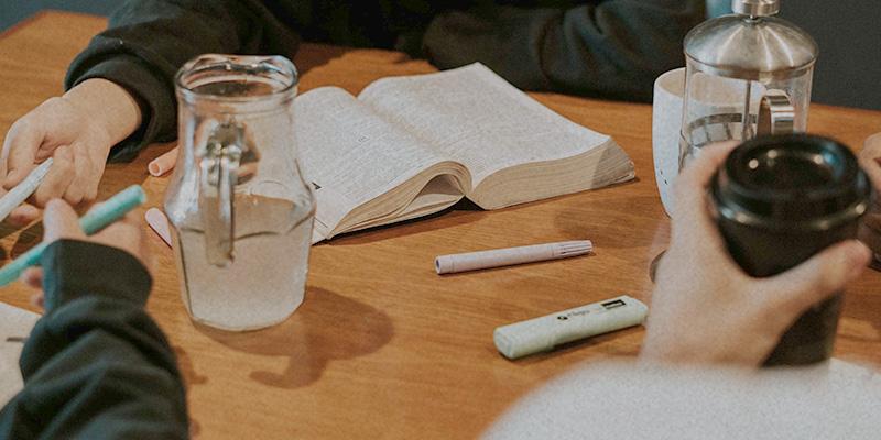 Bücher auf Tisch Kleingruppe