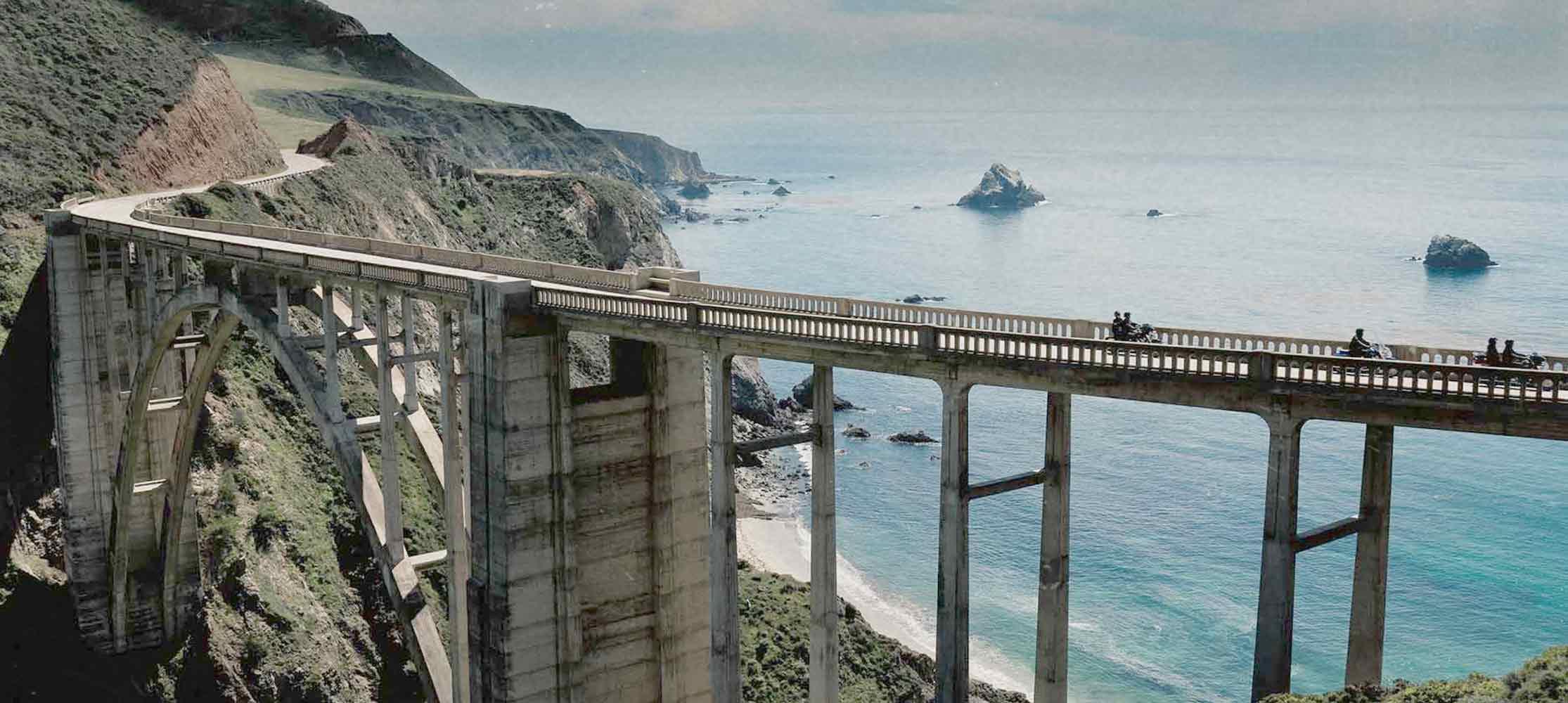 Brücke vor Meer Mission Explore