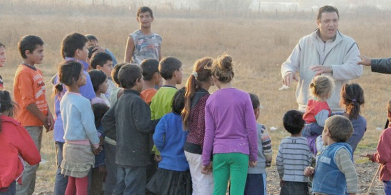 Kinder stehen in Gruppe Osteuropa